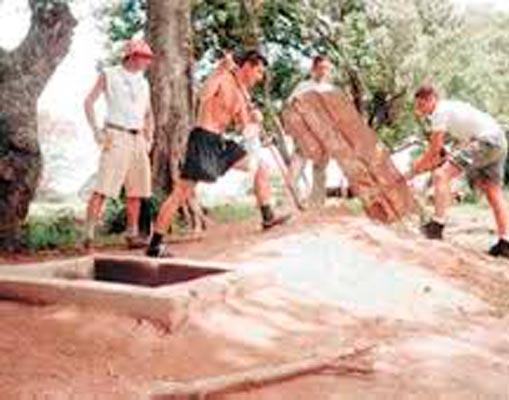 Universitarios Italianos Construyen Letrinas