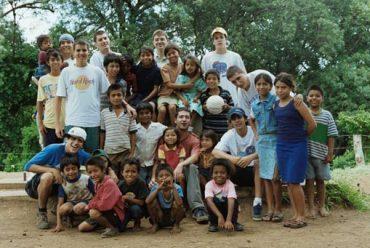 Estudiantes Españoles ofrecen su tiempo para ayudar a los necesitados